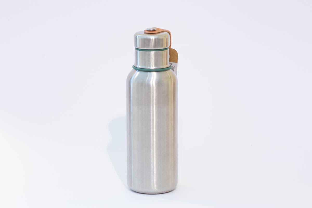 Wasserflasche isoliert